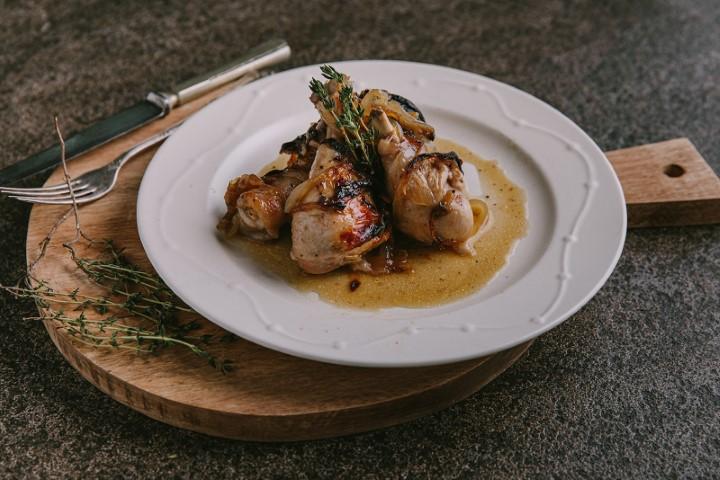 שוקיים בתנור - שוקי עוף ברוטב בצל מקורמל