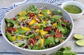 סלט הקיץ הכי טעים שיש! סלט ירוק עם מנגו ואגוזי פקאן