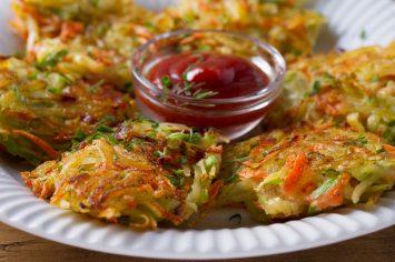 לביבות ירקות ב-10 דקות מכל מה שיש במקרר! גם חסכוני וגם טעים!