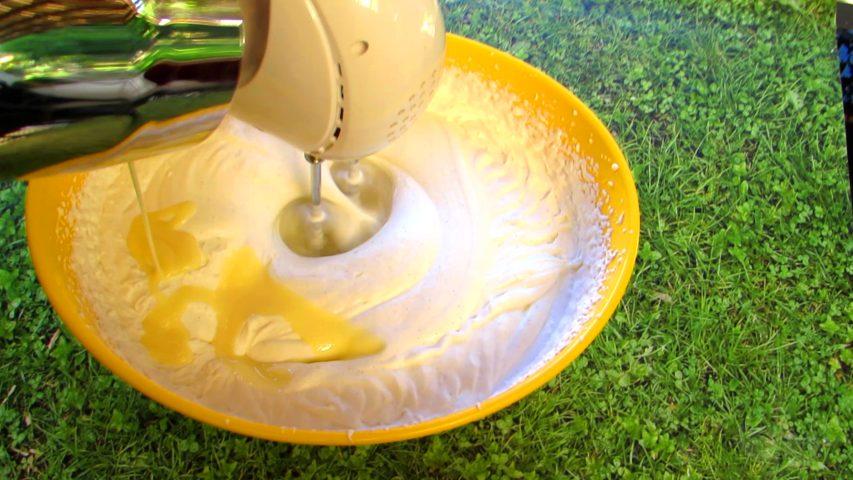 כשהקצפת יציבה מוסיפים את החלב המרוכז ומקציפים עד להטמעה. צילום: Berko Made