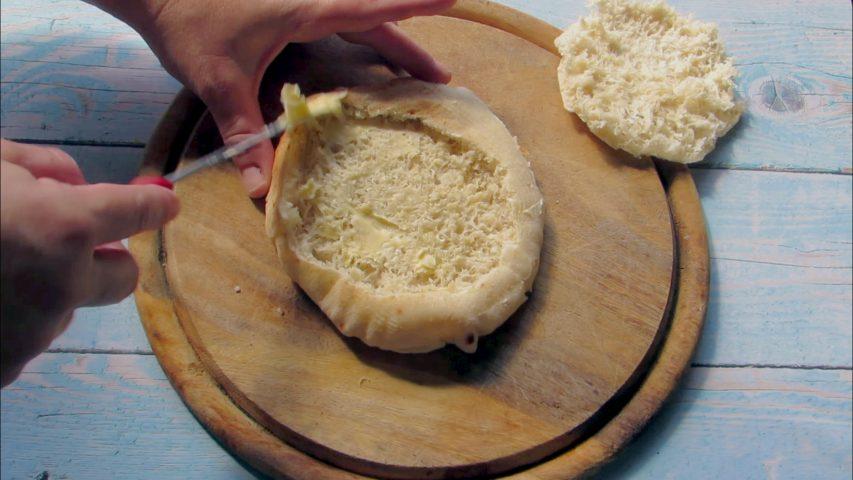 מורחים חמאה בתוך הפיתה וגם בחלק העליון. צילום: Berko Made