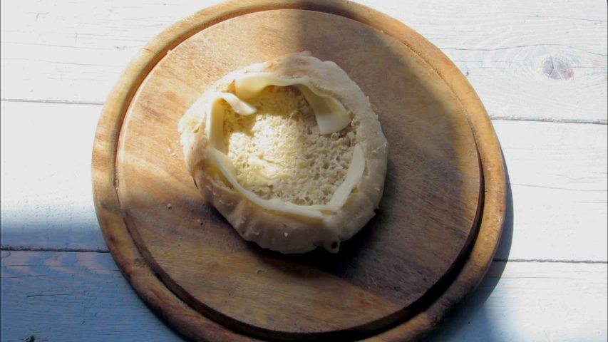 מסדרים רצועות גבינה צהובה בתוך הפיתה. צילום: Berko Made