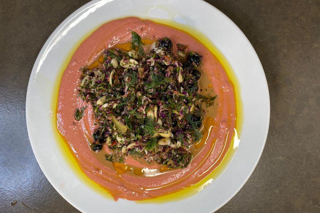 סלט עשבים צבעוני על טחינה סגולה וענבים. צילום: משה שגב