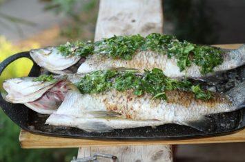 שלם עם עצמו: דג ברמונדי בחמאה ועשבי תיבול בתנור