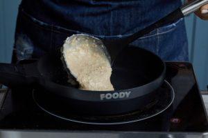 יוצקים פנקייקים בגודל רצוי ומטגנים מכל צד עד הזהבה. צילום: שניר גואטה