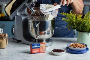 מקציפים את המחמאה והסוכר עד לקבלת תערובת תפוחה ובהירה. צילום: שניר גואטה