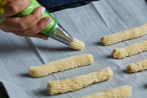 יוצרים עוגיות באורך הרצוי. צילום: שניר גואטה