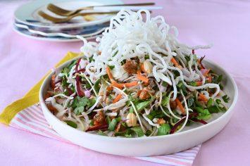 סלט שורשים עם עשבי תיבול, קשיו מסוכר וקריספי אטריות אורז