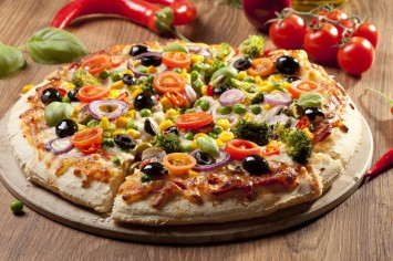 ארוחה משפחתית טעימה ובריאה - פיצה מבצק כוסמין
