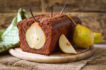 יצירת אומנות: עוגת שוקולד ואגסים