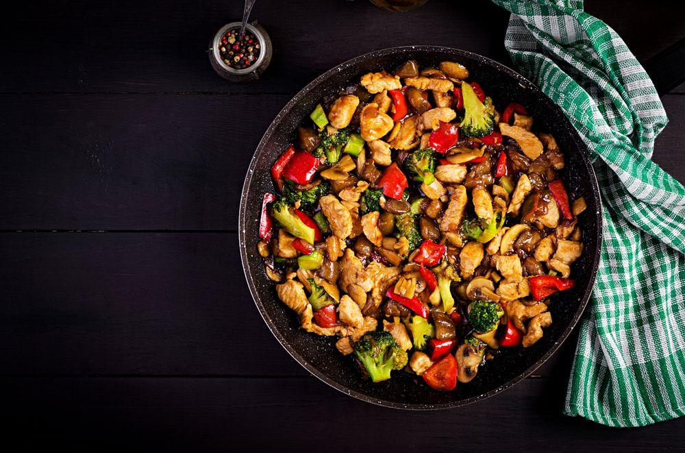 עוף מוקפץ עם דבש, ירקות ופטריות