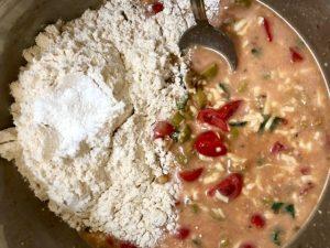 מוסיפים את הגבינה, עגבניות שרי, זיתים, בזיליקום, אורגנו ומלח. צילום: הילה סער