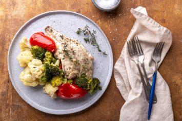 ארוחה מאוזנת בכמה דקות: דגים וירקות מאודים במיקרוגל