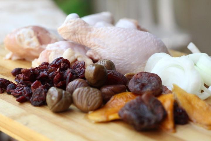 מורחים את העוף עם שמן זית ומלח ומניחים בתוך תבנית פיירקס. צילום: פלג בכר
