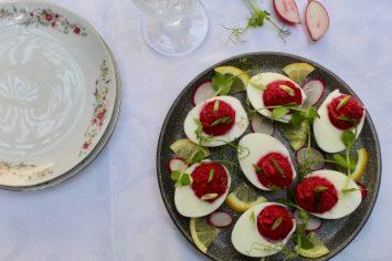 הכי חגיגית על השולחן: ביצים ממולאות בגרסה צבעונית!