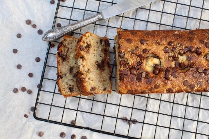 עוגת בננות, שוקולד וקוקוס מקמח כוסמין מלא. צילום: הילה סער