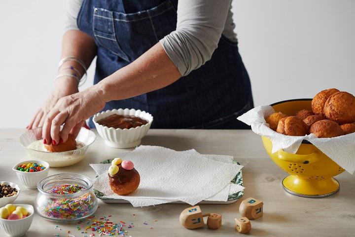 טובלים את הסופגניות בשוקולד. צילום: שני הלוי