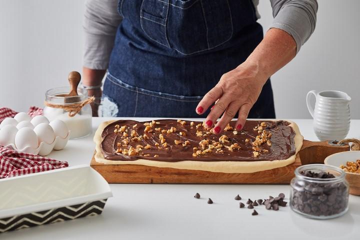מפזרים את השוקולד צ'יפס והאגוזים. צילום: שני הלוי
