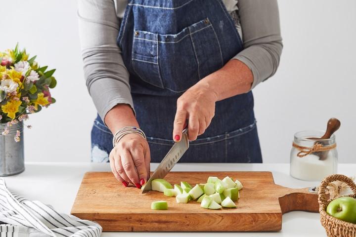 מוסיפים לתערובת את קוביות התפוחים. צילום: שני הלוי