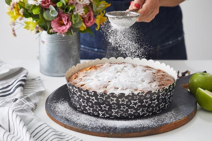 זורים אבקת סוכר ומגישים. צילום: שני הלוי