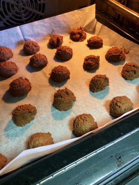 מניחים את העוגיות הקרוצות במרווחים בתבנית מרופדת בנייר אפייה. צילום: הילה סער