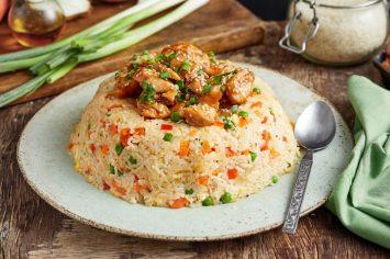 כיפת האורז הקדושה: עוף בטריאקי בכיפת אורז מטוגן