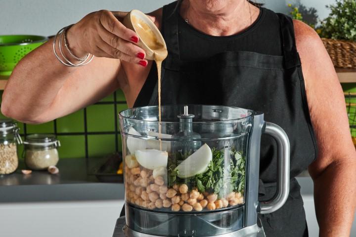 בקערת מעבד מזון את כל מרכיבי הפלאפל וטוחנים לתערובת דביקה. צילום: שניר גואטה