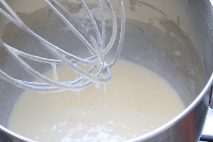 בקערת נירוסטה או חסינה לחום טורפים את הביצים והסוכר. צילום: אייל רווח