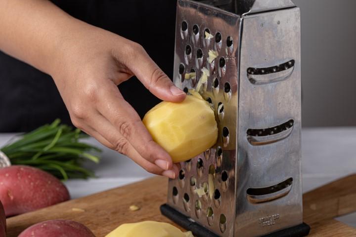 מקלפים את תפוחי האדמה ומגרדים בפומפייה גסה. צילום: טל סיון-ציפורין