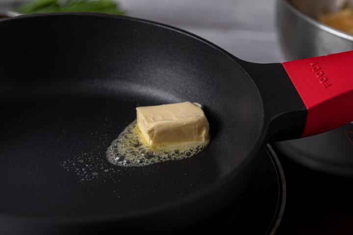 מחממים חמאה במחבת נון-סטיק. צילום: טל סיון-ציפורין