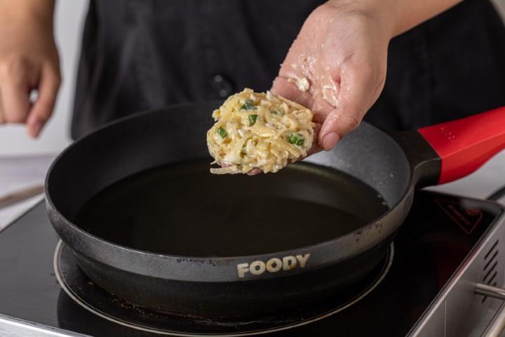 יוצרים לביבות ומכניסים לשמן החם. צילום: טל סיון-ציפורין
