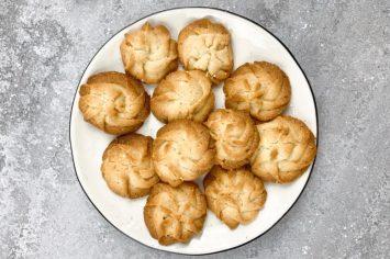 זילופים של עוגיות חמאה פריכות לשעת התה