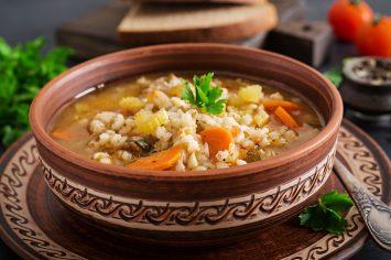 מרק בשר עם גריסים וירקות שורש – סיפור אהבה וחורף