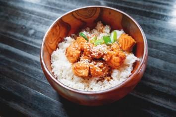 ארוחה בקערה: קוביות סלמון מוקפץ על אורז לבן