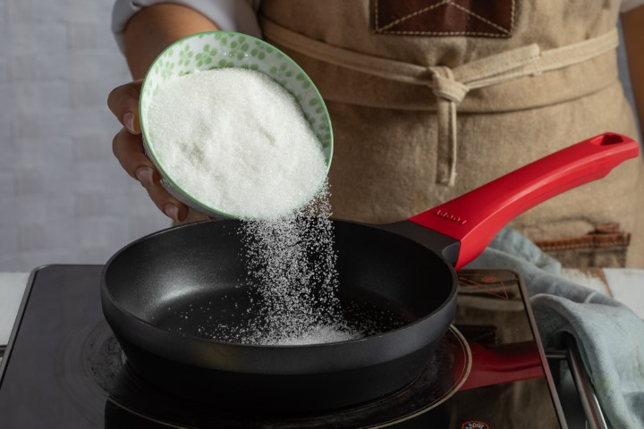 מחממים את הסוכר בשכבה אחידה. צילום: שניר גואטה