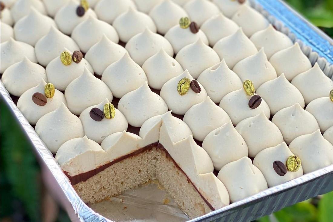 עוגת קפוצ'ינו ושוקולד לבן. צילום: תומר אומנסקי