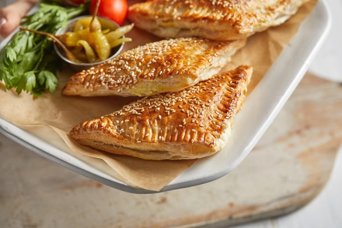 בורקס במלית גבינה וזיתים. צילום: אפיק גבאי