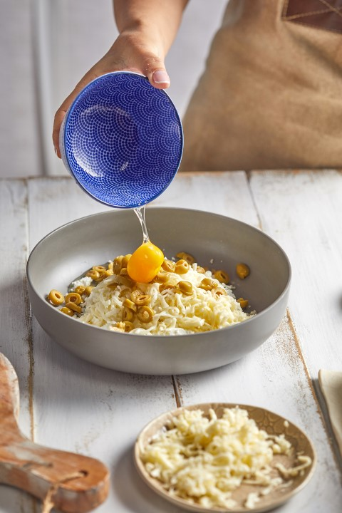 מוסיפים לתערובת גבינות את הביצה. צילום: אפיק גבאי