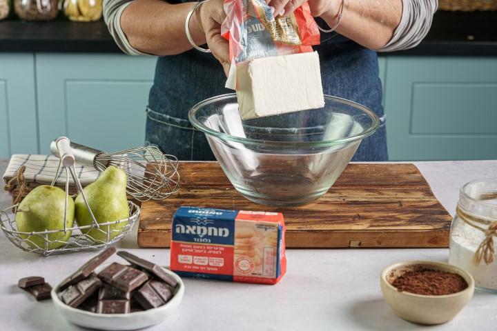 בקערה שמים חמאה ושוקולד. צילום: שי אפגין