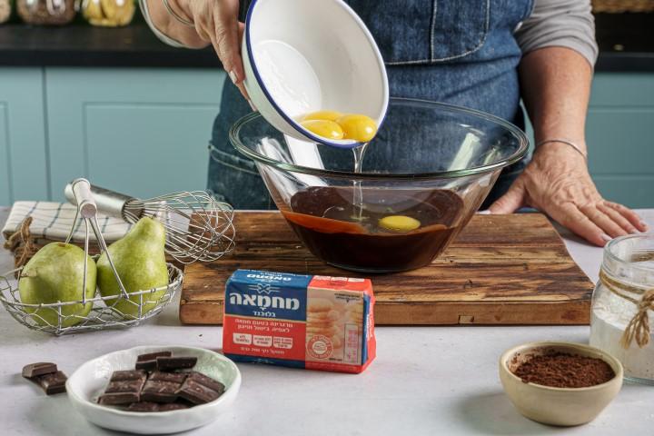 מוסיפים ביצים לתערובת השוקולד. צילום: שי אפגין