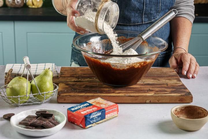 מוסיפים קמח לתערובת השוקולד. צילום: שי אפגין
