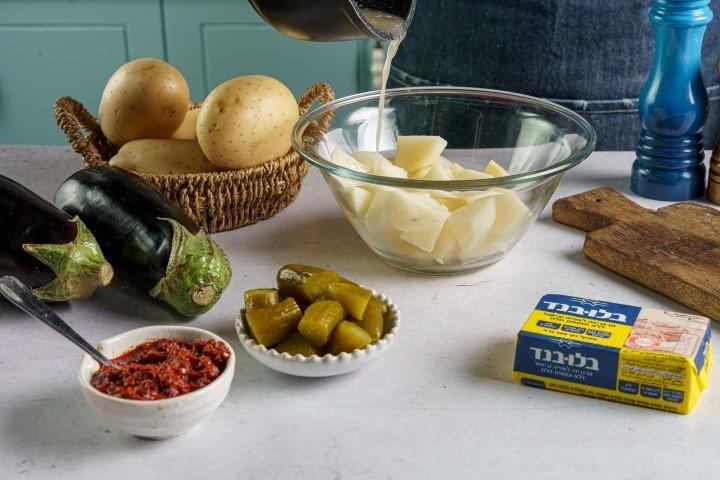 מכינים את המרכיבים למנה. צילום: שי אפגין