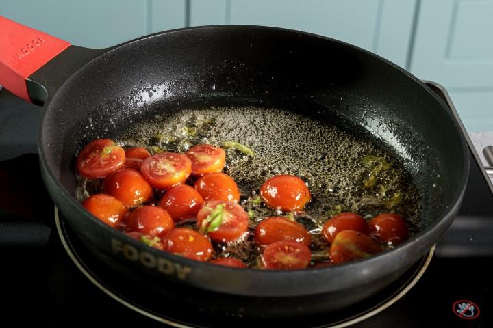 מטגנים את העגבניות למשך 5 דקות על אש גבוה. צילום: שי אפגין
