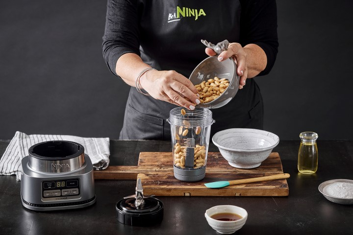 מכינים את חמאת הבוטנים. צילום: אפיק גבאי