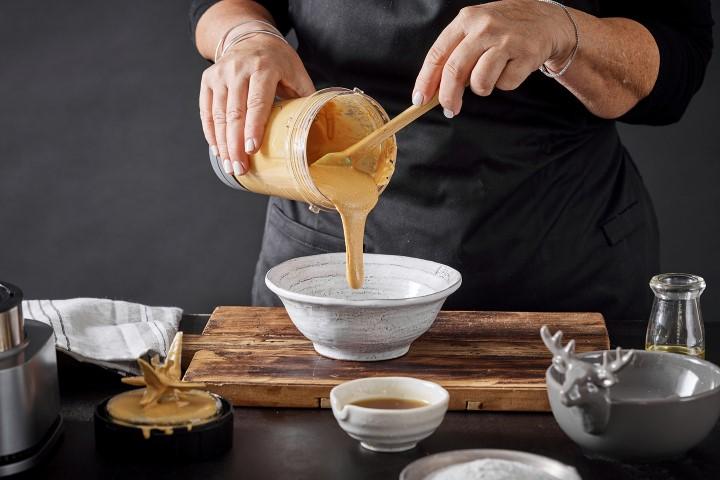 מעבירים ¾ כוס של חמאת הבוטנים לקערה. צילום: אפיק גבאי