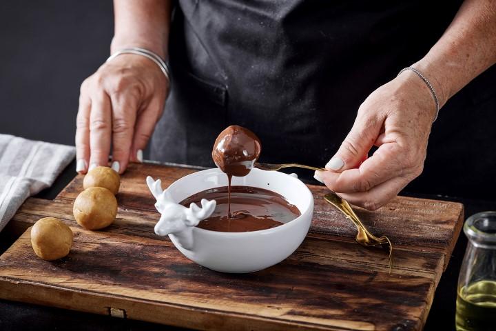 טובלים את הכדורים בשוקולד עד לכיסוי מלא. צילום: אפיק גבאי