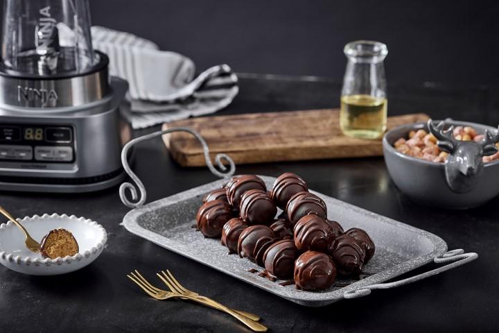 כדורי חמאת בוטנים ושוקולד. צילום: אפיק גבאי