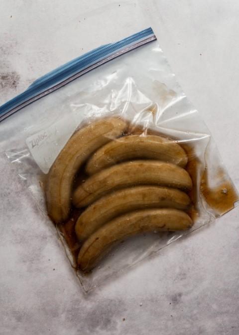 מפשירים את הבננות ומסננים מנוזלים. צילום: שרית נובק