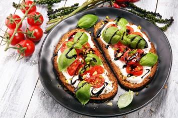 כריך גבינה עם עגבניות בלסמי ובזיליקום – להתאהב בו!