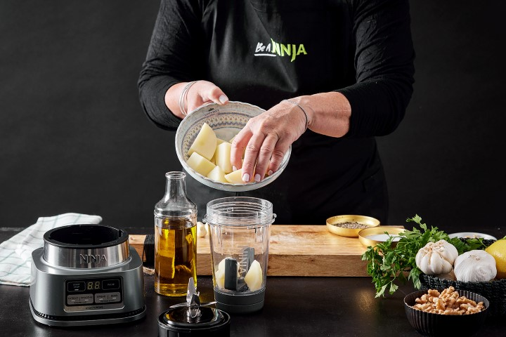 מכניסים את תפוחי האדמה ושאר המרכיבים לתוך מיכל Power Nutri Bowl. צילום: אפיק גבאי